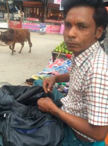 インド リシケシ 靴 修理屋