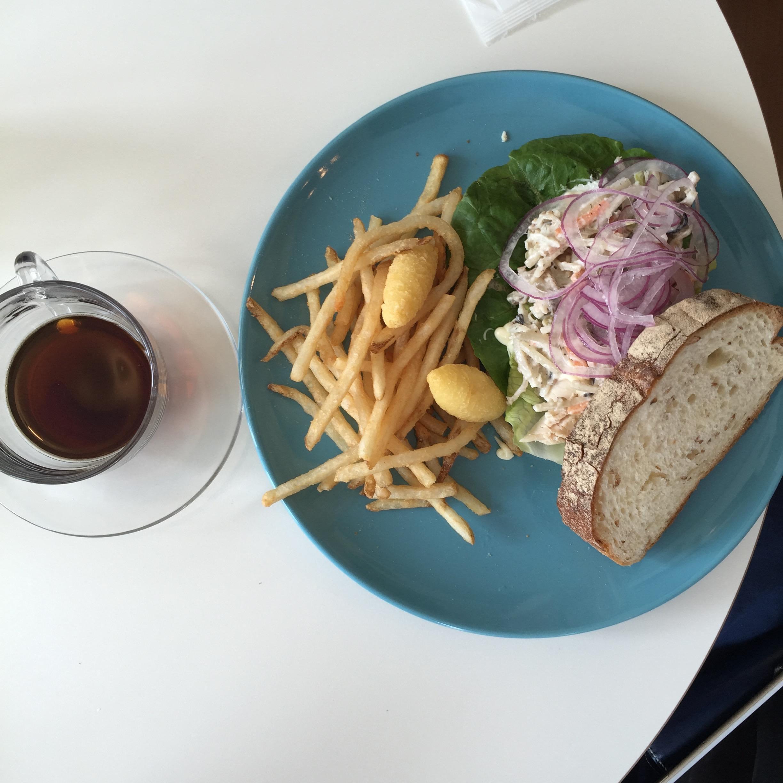 平塚 松風サンド&バー チキンと根菜のチーズソースサンド。