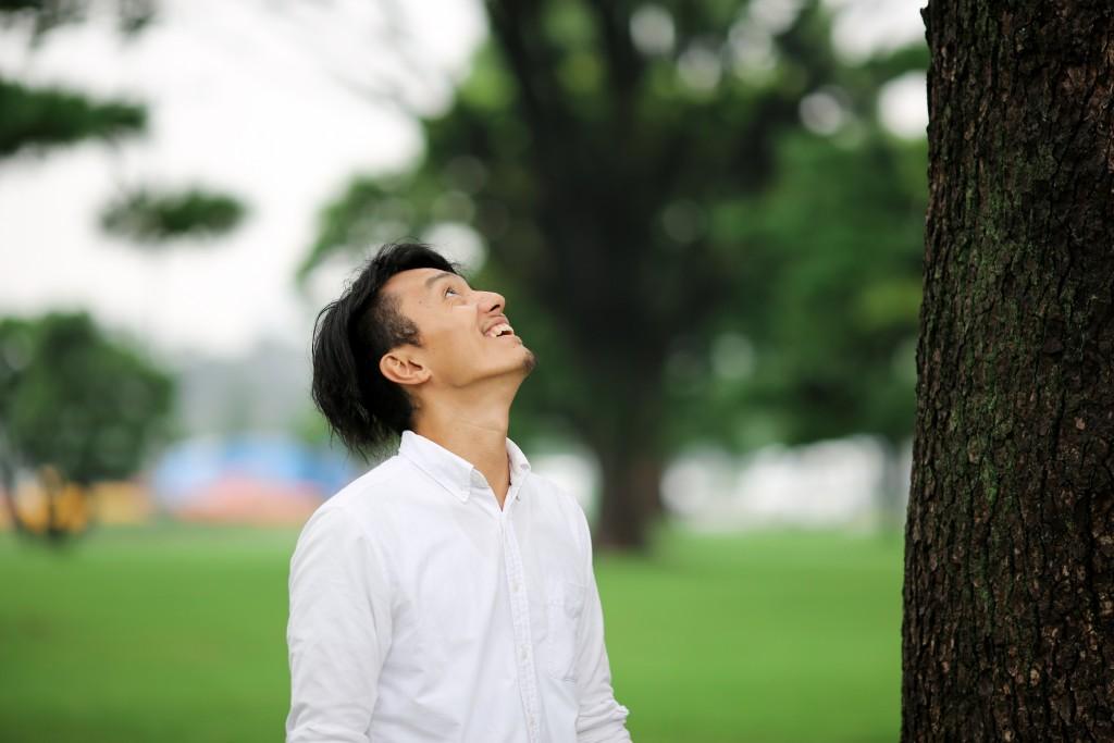 木を見上げるポーズ。